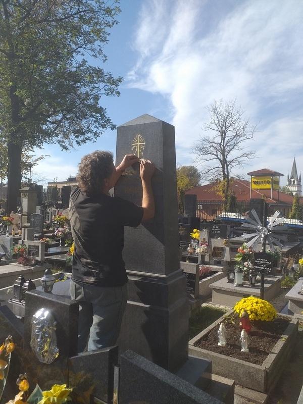 aleksander basiura w trakcie renowacji obelisku-web